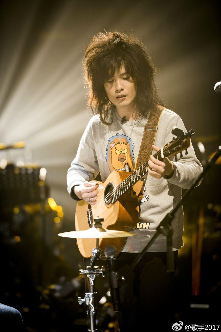 LION 獅子合唱團-湖南衛視《歌手》2017 with aNueNue LeeQ Custom Bird Guitar|Photo:http://i1.wp.com/www.weibo.com/iamasinger