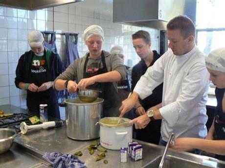 Koken met waste - project van Wellant vmbo  Met producten die over zijn bij een sterrenrestaurant koken ze op school voor de voedselbank  Resultaat: 20 kg eten niet hoeven weggooien 30 maaltijden voor de voedselbank  Trots: eerste prijs voorop in de vergroening plus bijdrage aan tegengaan van voedselverspilling  http://www.wellant.nl/wellant-vmbo/onze-scholen/wellantcollege-gorinchem/onze-school/nieuws/kookklas-wint-wedstrijd-voorop-in-de-vergroening