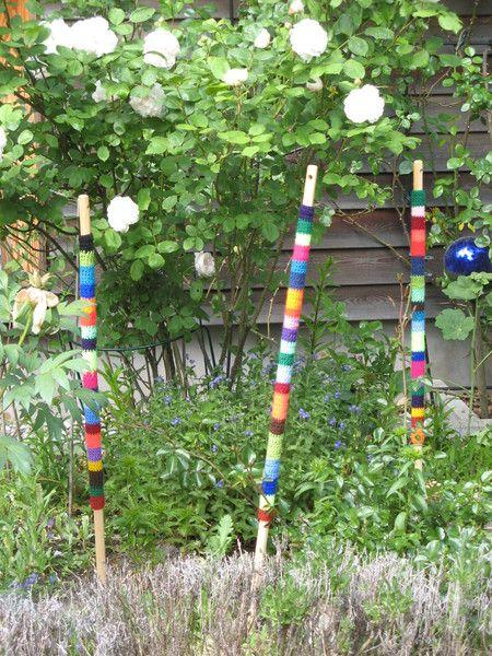 Kunterbunte Gartenstäbe    Jeder Stab ist einzigartig!    -runde Stäbe, 1,00m-    Eine pfiffige Gartendeko aus Holz und Wolle.  Die Stäbe geben dem...
