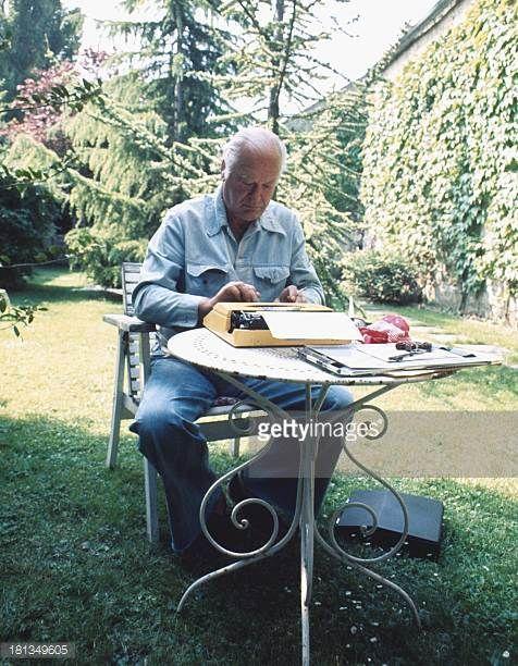 Curd Jürgens am Rande der Dreharbeiten zu 'Die Messe' in Paris Frankreich Hotel 'Du Clos St Antoine' Memoiren schreiben Schreibmaschine Schauspieler...