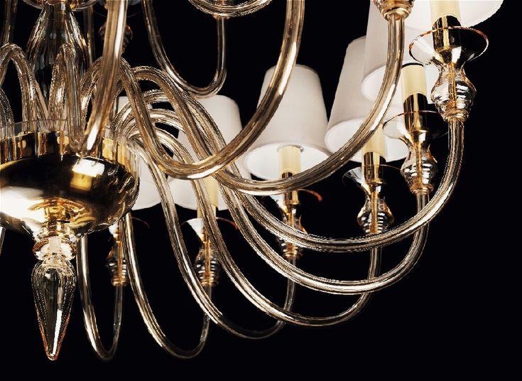 2599 K8 Sospensione 8 Luci Ambrato/Oro  Lampada a sospensione in vetro soffiato, secondo lantichissima arte dei maestri Muranesi, con 8 bracci. I colori disponibili sono montatura cromata e vetri color cristallo e montatura dorata con vetri color ambra.