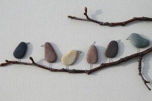 Een paar takjes tegen een muur, platte stenen en afwerken met potloodstreepjes.