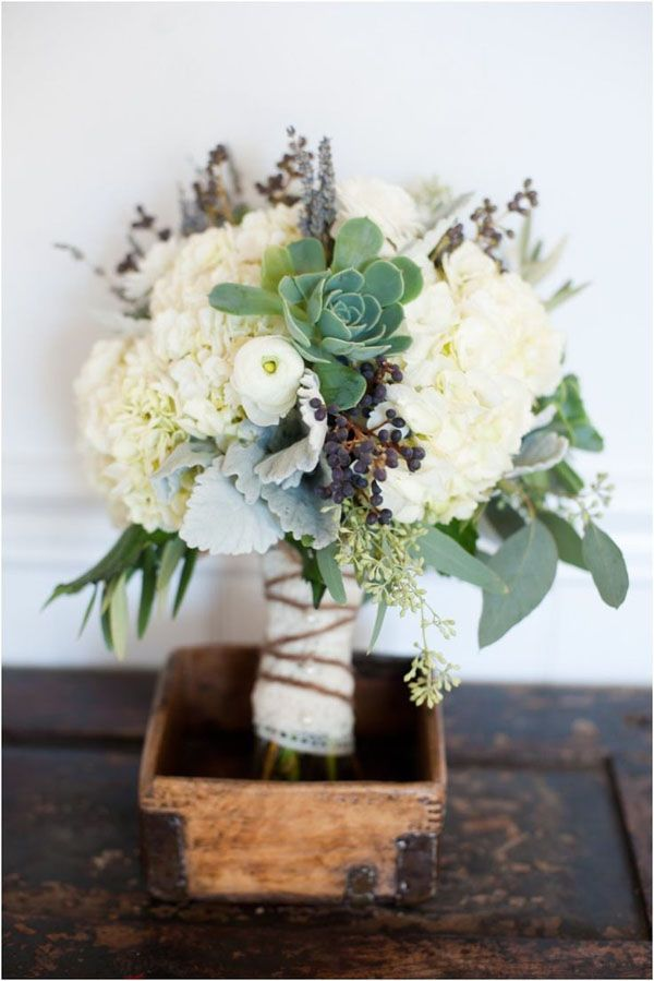 hydrangea + succulents fall bouquet http://weddingwonderland.it/2015/11/fiori-per-un-matrimonio-autunnale.html