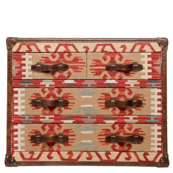 Killim (Килим) Каркас: хвойные породы дерева. Ящики комода изготовлены из МДФ обитые тканью, кант обработан кожей с металлическими клепками. Отделка: гобеленовая ткань 60% шерсть, 40% полиэстр, декоративные элементы изготовлены из натуральной кожи. Ножки: ножки-гвоздики с антицарапающим покрытием. Описание модели: Принт Наваха благодаря узнаваемости и универсальности прекрасно смотрится в этническом интерьере. А цветовая гамма делает его прекрасным компаньоном в любом современном интерьере…