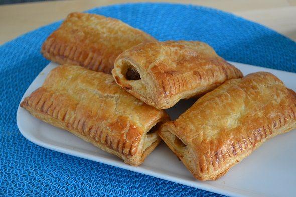 Saucijzenbroodjes, niet gezond maar ó zo lekker! Ik laat je zien hoe je deze warme snack zelf maakt.