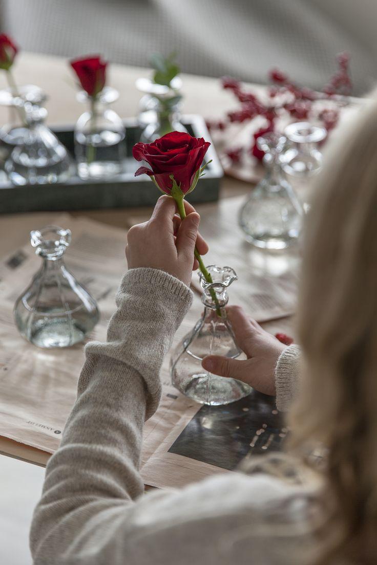 Kutt rosene og sett de i nydelige små vaser.