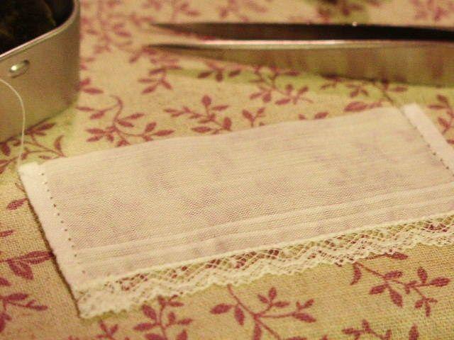 まつり縫いでもいいのですがパンチワークすると ミシンで縫ったようなきれいな縫い目になります。  三つ折のきわ(三つ折じゃない方)に1針を2~3回同じ針穴に戻りながら刺し 三つ折をま横に1ミリすくってまた同じ針穴に戻ります。