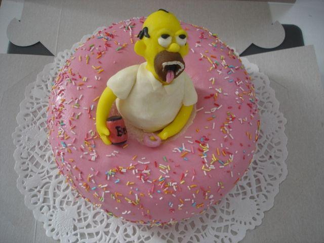 Dort ve tvaru americké koblihy s marcipánovou figurkou Homera Simpsona. Náplň pařížská šlehačka, potaženo marcipánem.