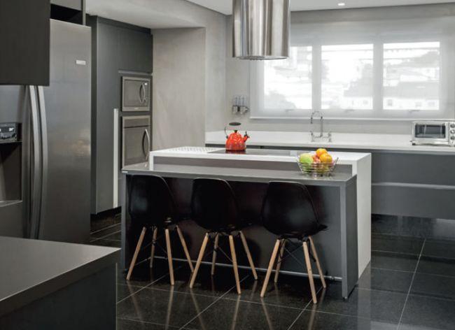 cozinha moderna armario cinza cadeiras pretas coifa inox central