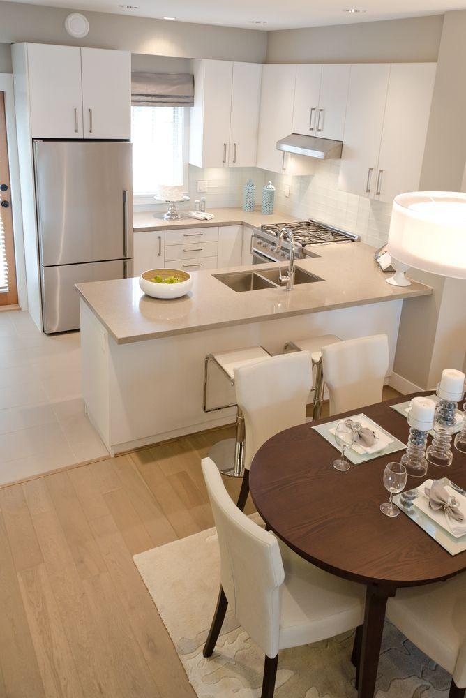 Una barra entre la cocina y el comedor hace que la cocina se vea un poco más pequeña pero ayuda a delimitar las dos áreas sin necesidad de paredes.: