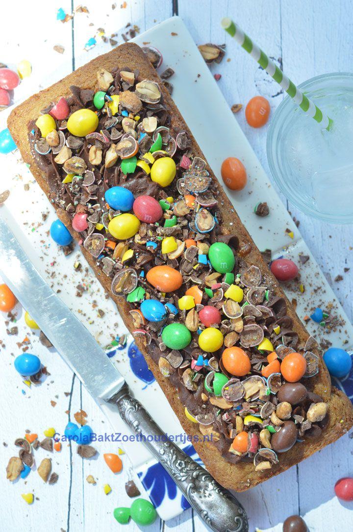 Dutch recipe with M&M's. Deze goddelijke sloffentaart is gebakken in een cakevorm. Ook zonder sloffenvorm kun je deze slof bakken met ganache en M&M's. Probeer het eens!