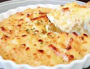 サツマイモのグラタン  <材料(2人分)> さつまいも・・・200g ベーコン(かたまり)・・・30g 牛乳・・・300ml バター・・・20g パルメザンチーズ・・・適量 塩、こしょう・・・各適量 作り方 1. さつまいもは皮をむき、薄切りにします。ベーコンは棒状に切ります。 2. フライパンにバターとベーコンを入れてしっかり炒めます。 3. さつまいもと牛乳を入れて塩、こしょうをふり、中火弱で約10分煮込みます。  (途中水分が少なくなってきたら水を入れ煮込みます) 4. さつまいもが柔らかくなってとろみがついたら耐熱の容器に移し、表面にパルメザンチーズをふります。 5. トースターやオーブンで表面に焼き色をつけたら完成。