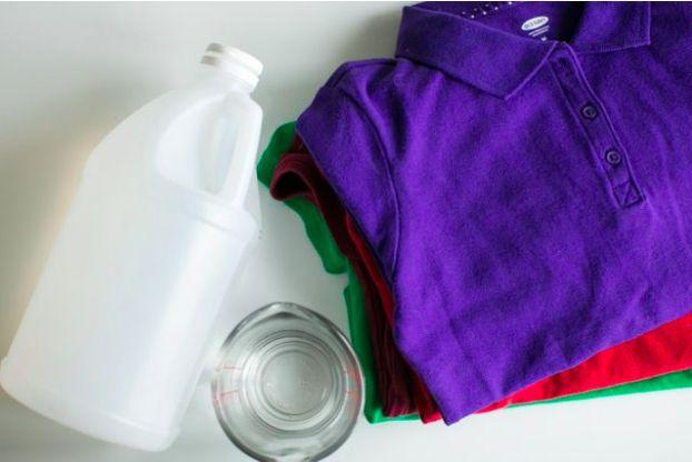 1. Mantener los colores brillantes. 1/2 taza de vinagre en la ropa antes de lavarse. Con esto conseguirás que el detergente funcione de manera más efectiva y el color de la ropa quedará protegido de la decoloración. Como resultado, los colores de la ropa se verán más brillantes.