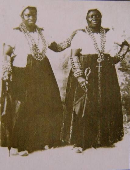 Above, tia ( aunt) Ciata and Tia ( Aunt ) JoSefa , two of the first Carnival Baianas and samba promoters in Rio.  These elderly Baianas were respected and organized musical soirees in the early 1900´s.  The first samba music was recorded at her house.