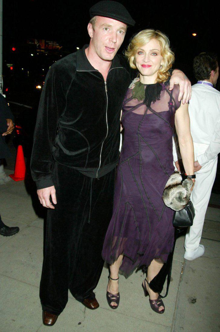 Pin for Later: Von Geisha zu Cow-Girl und Punk-Lady: Madonna's größte Mode-Statements  Bei einem Screening von Swept Away im Jahr 2002 gemeinsam mit Guy Ritchie.