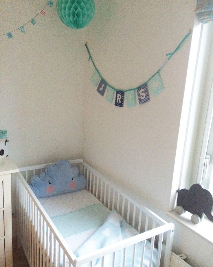 babykamer met accessoires in mint mintgroen Naamslinger van www.dekleineauto.nl #babykamer #kinderkamer #accessoires #mintgroen #mint