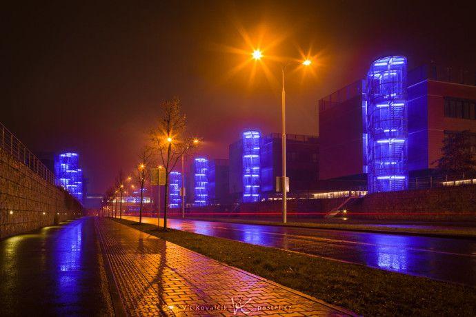 Nocny miasto z niskim kątem.  Canon 5D Mark II, Canon EF 24-70 / 2.8, 30 s, f / 13, ISO 100, koncentrują 28 mm