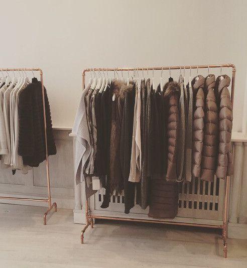 handgefertigter Kupfer-Kleiderständer im  angesagten Industriedesign,ein absoluter Hingucker.  Kupfer liegt total im Trend und harmoniert z.B. wunderbar mit Pastelltönen. Mit der Zeit bekommt das...