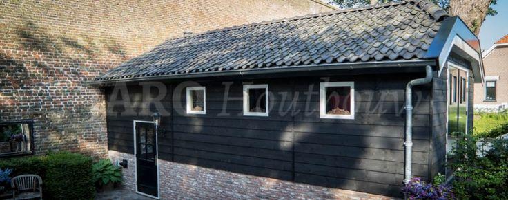 Unieke maatwerk schuur tegen de stadsmuur van Elburg! Gemetselde plint met een gepotdekselde gevel van zwart potdeksel werk en voorzien van  ruime garagedeuren. Voor maatwerk houtbouw of een exclusieve schuur bent u bij Jaro Houtbouw op het juiste adres!
