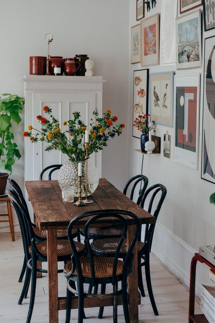 Einfacher Bauernhaus-Esstisch, frische Blumen, Bildercollage