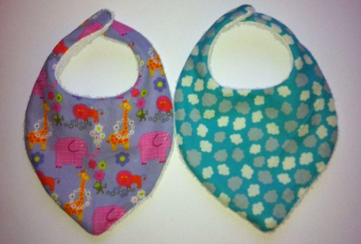 Bavoirs bandana, inspiré de celui de Wildmary (http://aiguillee.net-sauvage.com/index.php?post/2012/11/26/Bavoir-bandana-le-tuto), inspiré car je n ai pas d'imprimante.