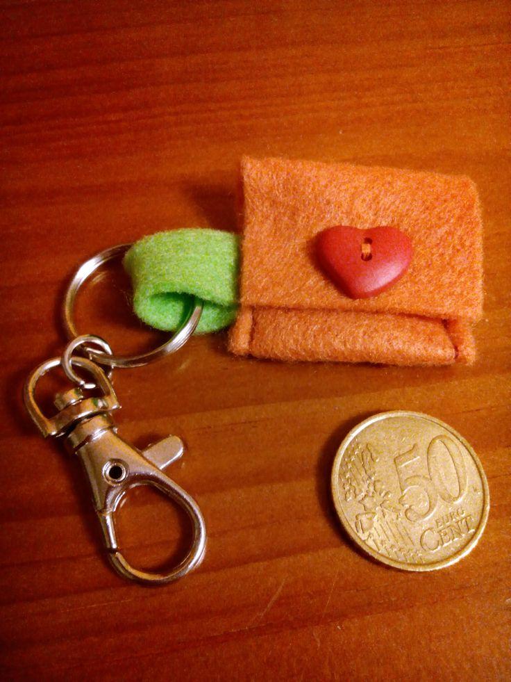 Pequeño monedero de fieltro para tener siempre a mano los 50 céntimos del carrito del super. Inspirado en: http://my-zickzack.blogspot.de/2011/08/resteverwertung.html?m=1