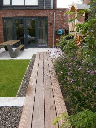 Strakke lijnen - hout gras beton kiezel.