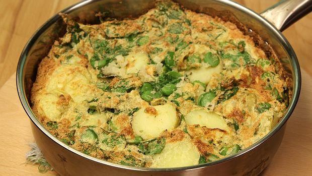 Jeśli nie masz w domu bobu, biegnij natychmiast po woreczek. Przegapienie sezonu na bób powinno być karane. Chłostą. I to publiczną. Myślisz, że bób można jeść tylko prosto z miseczki? Trochę fantazji! Frittata to zdecydowanie smaczniejszy pomysł!  Składniki: ziemniaki  cebula 2 ząbki czosnku  bób szpinak 5 jaj szczypiorek  oliwa sól, pieprz, oregano  Wykonanie: W osolonej wodzie ugotuj bób do miękkości i obierz z łupinek. Ugotuj również ziemniaki i pokrój je w plastry. Żółtka oddziel od…
