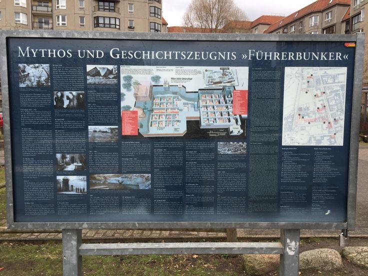 På stedet hvor Hitlers førerbunker lå, ligger i dag en parkeringsplads. Eneste spor er denne planche, som er sat op på stedet.