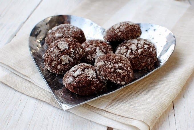 FoodLover: Čokoládové sušenky. Dvojnásobná dávka: 200 g hladké mouky, 200g  kvalitní hořké čokolády. 80 g másla, 110 g třtinového cukru, 2 lžičky vanilkové esence, 2 vejce, 2 žloutky, 1 lžičku prášku do pečiva, 30 g kakaa, moučkový na obalení. Pečení 160°C 12 minut.