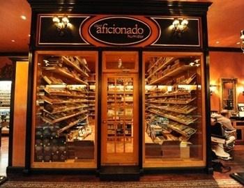 To Cigar Aficionado Lounge βρίσκεται μέσα στο κατάστημα Cigar Inn, στο Μανχάταν, στη Νέα Υόρκη. Ο χώρος με δερμάτινους καναπέδες και πολυθρόνες, διαθέτει τζάκι και χαλαρή ατμόσφαιρα. Για τους aficionados διαθέτει 80 humidifier lockers, πολύ