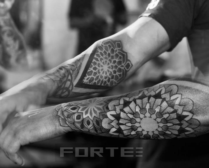 Tatouage Dotwork Bras Géométrique par Dillon Forte
