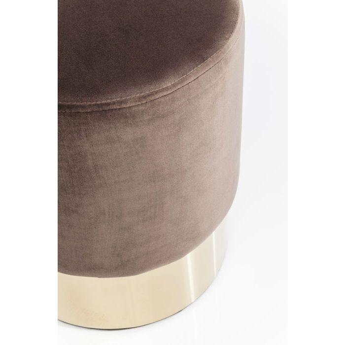 En nätt, elegant och mycket prisvärd sittpuff i brun sammet och mässingslist nertill.