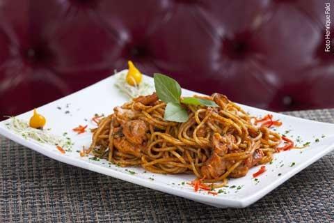 Inka (almoço) Parihuela marinha - Espaguete com camarões e cubos de salmão salteados em azeite, com molho de ostras, ají panca e manjericão