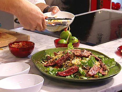 Biffsallad med koriander, kimshee, soja och ingefära | Recept från Köket.se