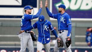 Royals finish sweep of Twins, secure home field throughout playoffs