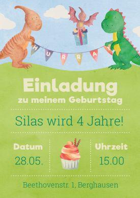 Süße Einladungskarte zum 4. Kindergeburtstag mit lustigen kleinen Dinosauriern  #Dino #Dinosaurier #Geburtstag#Einladung #birthday #einladunggeburtstag.de