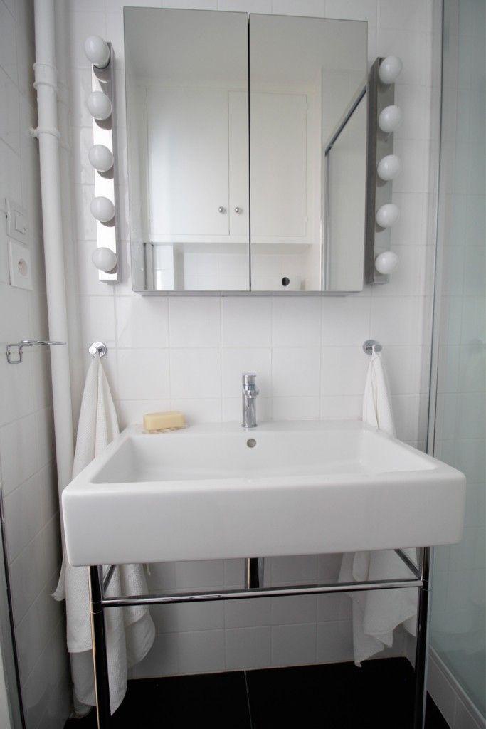 une petite salle de bain en noir et blanc un appartement chic en noir et blanc paris rive. Black Bedroom Furniture Sets. Home Design Ideas