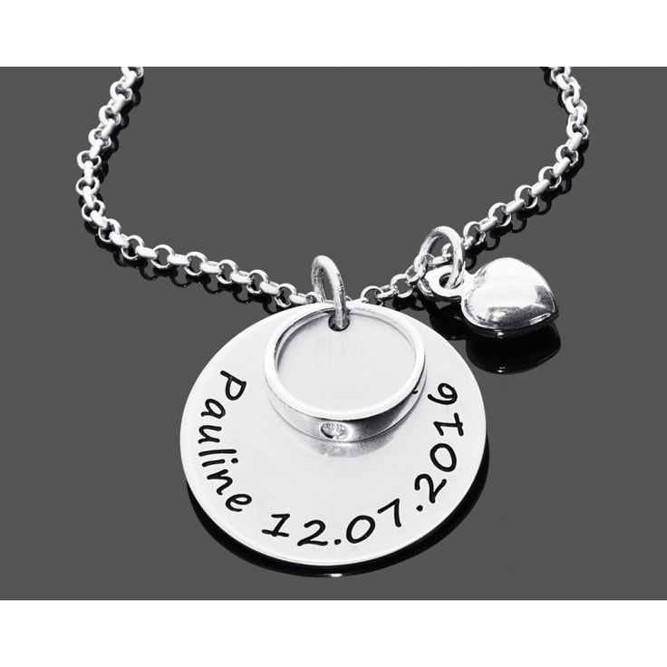 Eine wunderschöne Taufkette mit einem Namensplättchen, einem Taufring und einem kleinen Herz daneben. Die Kette ist komplett aus 925 Sterling Silber.