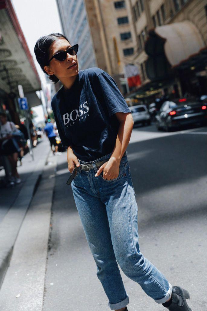 Yasmin Suteja von Culture Machine, Sydney. Tragen von Vintage-Hugo-Boss-T-Shirt und Vintage-Blue-Jeans mit hoher Taille. Shoppe ihren Look. Streetstyle …