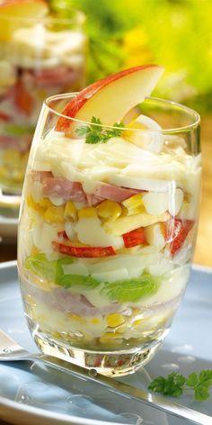 Ein Klassiker unter den Party-Gerichten: der Schichtsalat. Unser Tipp: im Glas angerichtet sieht er besonders lecker aus!