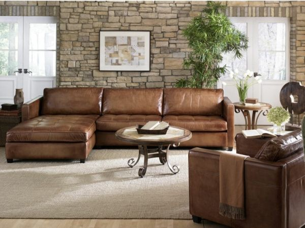 Hell Braunes Sofa aus Leder im Wohnzimmer mit Steindekoration
