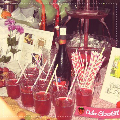 Detalles especiales, una botella de vino para la ocasión acompañando la fuente iluminada de bebidas Hotel Playa Caracol, Boca del Río, Veracruz