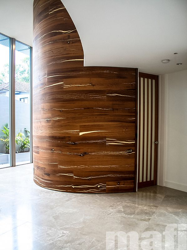 Mafi curved boards in Tiger Oak White Brushed Natural Oil were selected by Paul Clout Design to create a striking feature wall in the entryway of this Queensland home.
