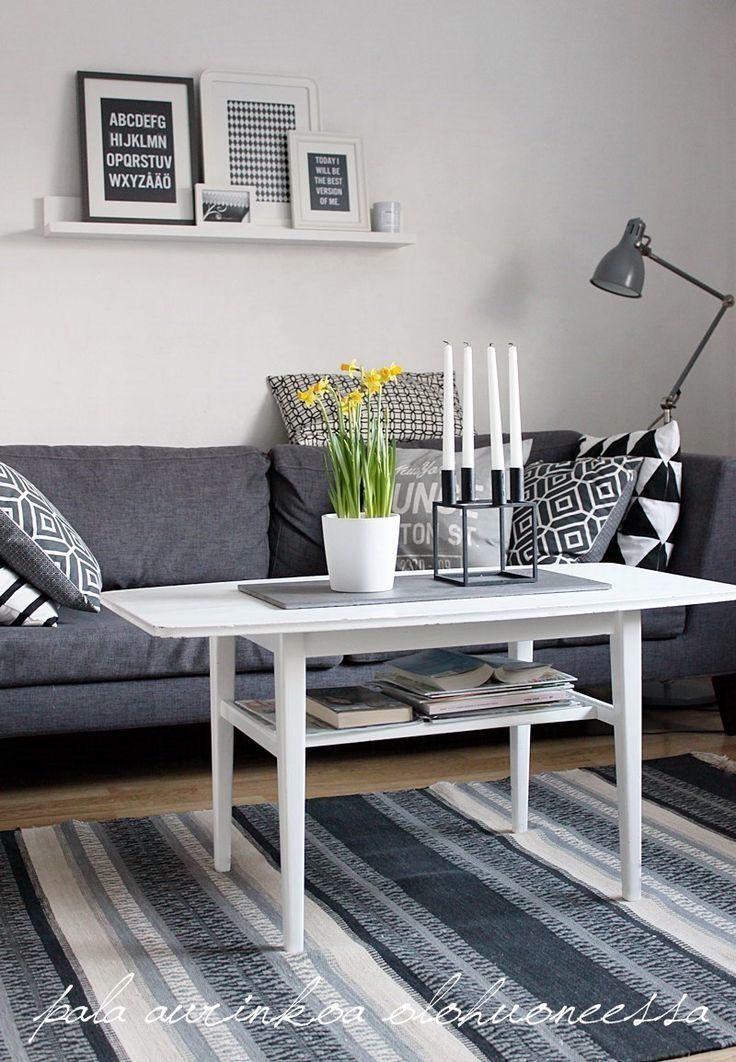 Yellow flowers in black&white livingroom. Esmeralda's blog.