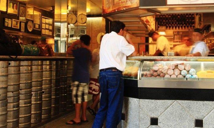 """"""" Quando foi inaugurado, em junho de 1955, o Cervantes era uma mercearia, mas já vendia os sanduíches que fizeram a fama da casa. Dez anos depois, o fundador, um certo Halmuss Zalman, vendeu o estabelecimento para dois irmãos espanhóis que transformaram a mercearia da Avenida Prado Júnior, em Copacabana, em restaurante, sem abrir mão dos sandubas."""