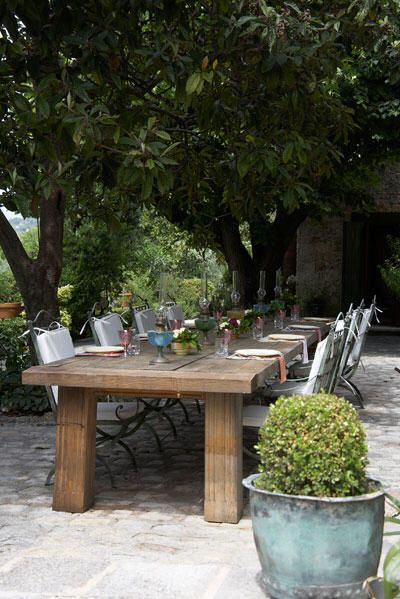 Love this chunky dining table in Provence - what a gorgeous setting.