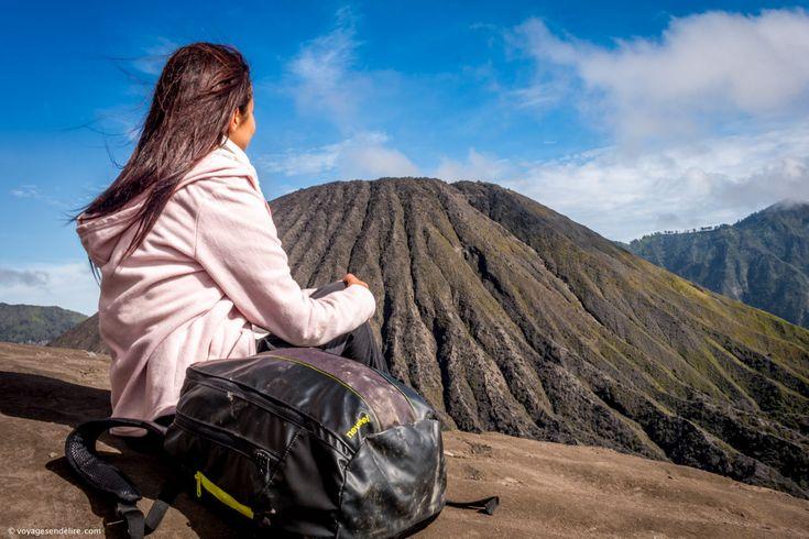 Tu trouveras ici toutes les indications dont tu as besoin pour rejoindre le bromo gratuitement et faire l'ascension pour le lever du soleil sur le massif de Tengger avec vue sur les volcans : Bromo