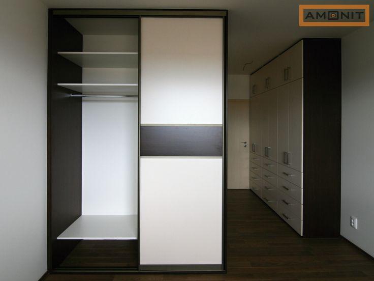 Kombinace skříní s pantovými a posuvnými dveřmi.