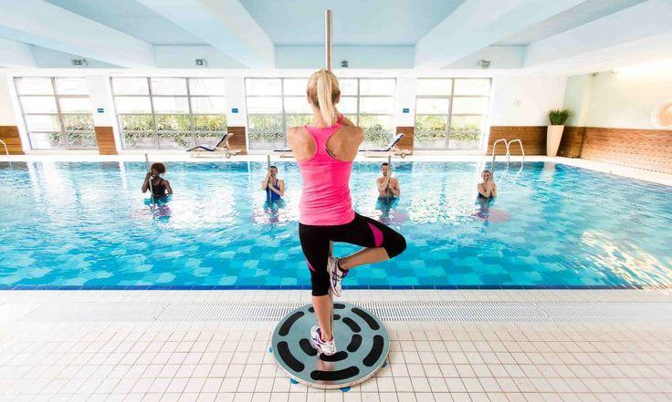 Promette gambe snelle, braccia toniche, addome definito e tanto divertimento. Il fitness trend dell'estate 2017 è l'Acqua Pole! Evoluzione acquatica della Pole Dance, questa disciplina che unisce ginnastica e danza è un allenamento completo per tutto il corpo ma anche un'attività divertente, fresca e rigenerante …